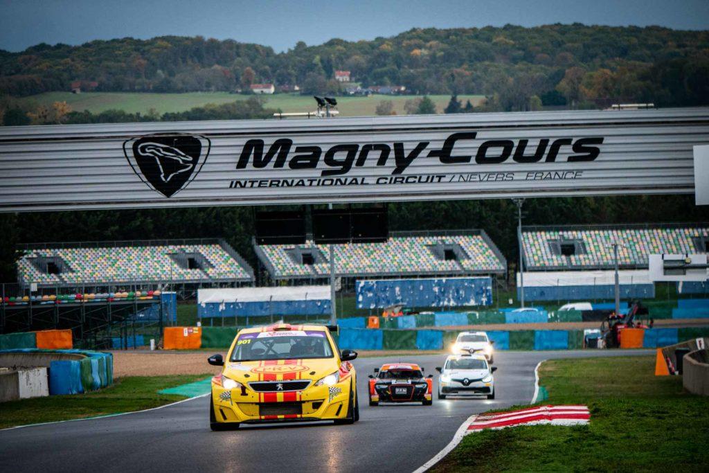 Course automobile sur le circuit de Magny-Cours